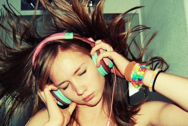 851813-brunettes-headphones-music-women